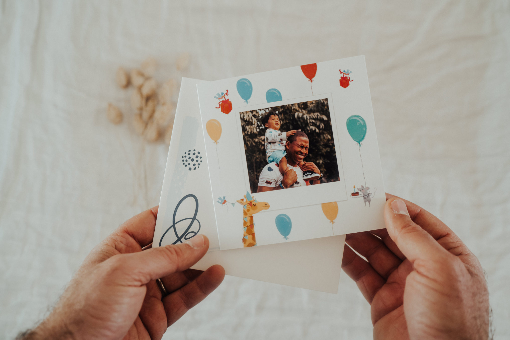 carte anniversaire avec fils sur epaules papa