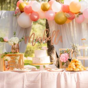 Decoration anniversaire 18 ans avec arche de ballons et gateau fleuri