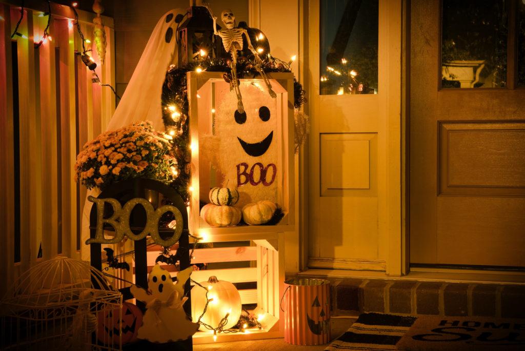 Decoration Halloween avec lanternes et fantomes