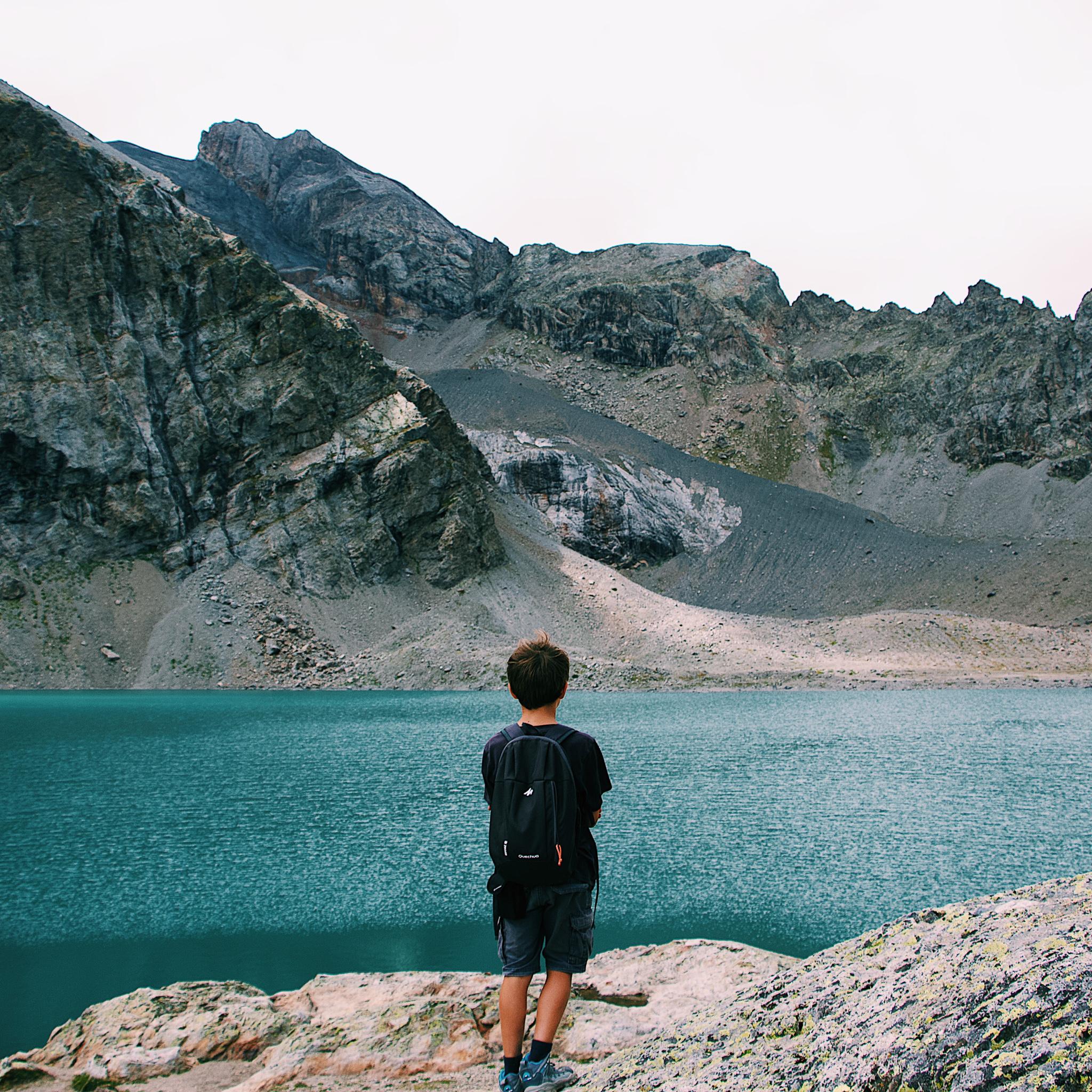 garcon devant lac du parc des ecrins