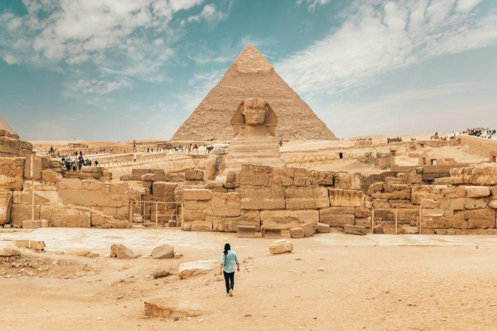 voyageur devant une pyramide en Egypte vacances printemps 2020
