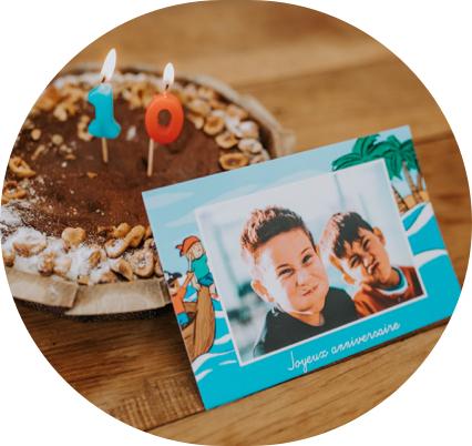 illustration enfant avec pirates et gateau d'anniversaire au chocolat
