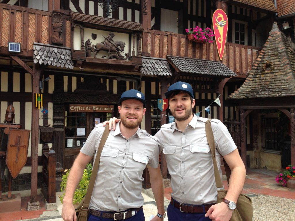 Vincent Porquet et Baptiste Hamain habillés en facteur pour le lancement de Fizzer il y a 5 ans.