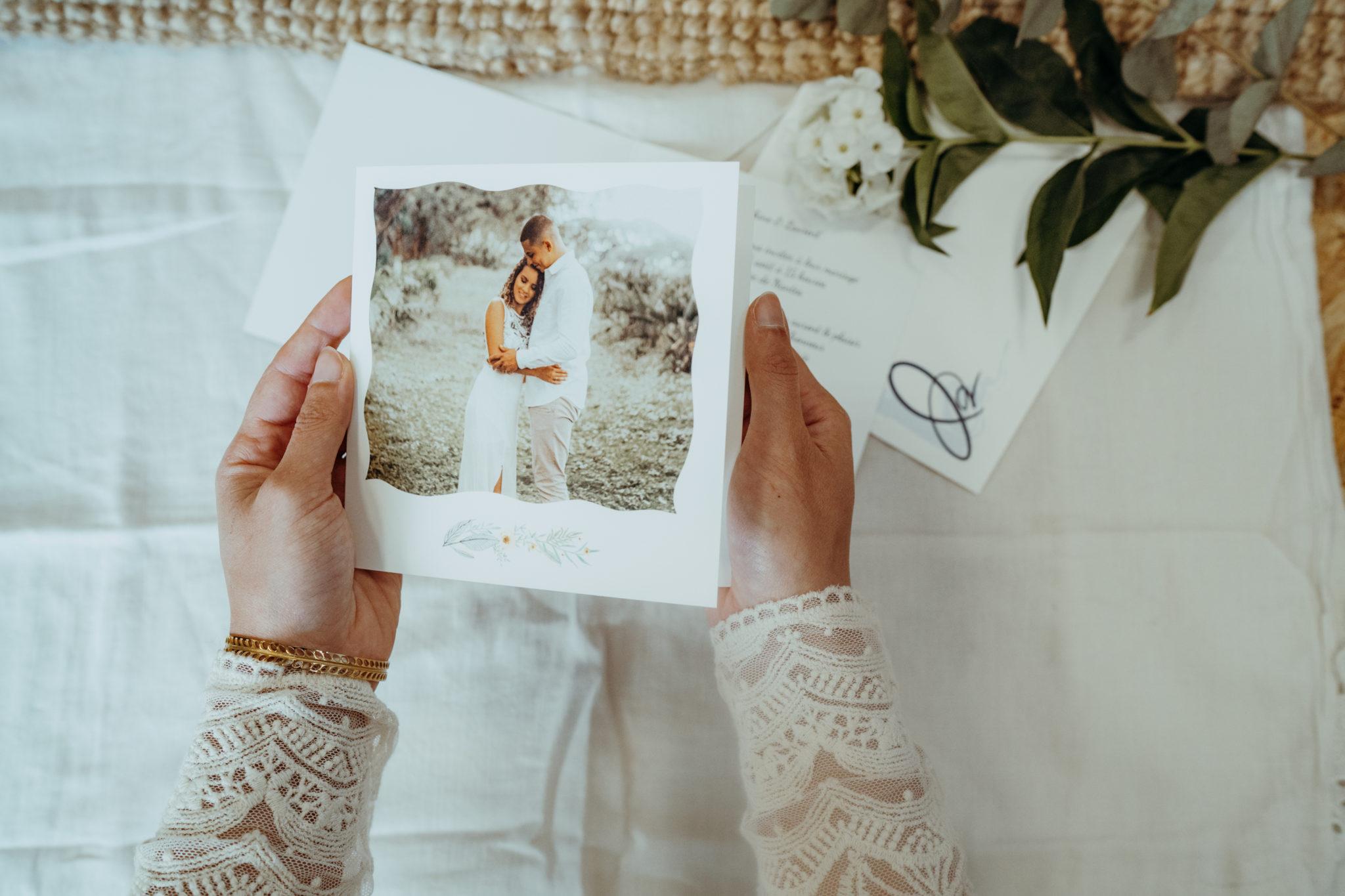 faire-part mariage avec couronne de fleurs