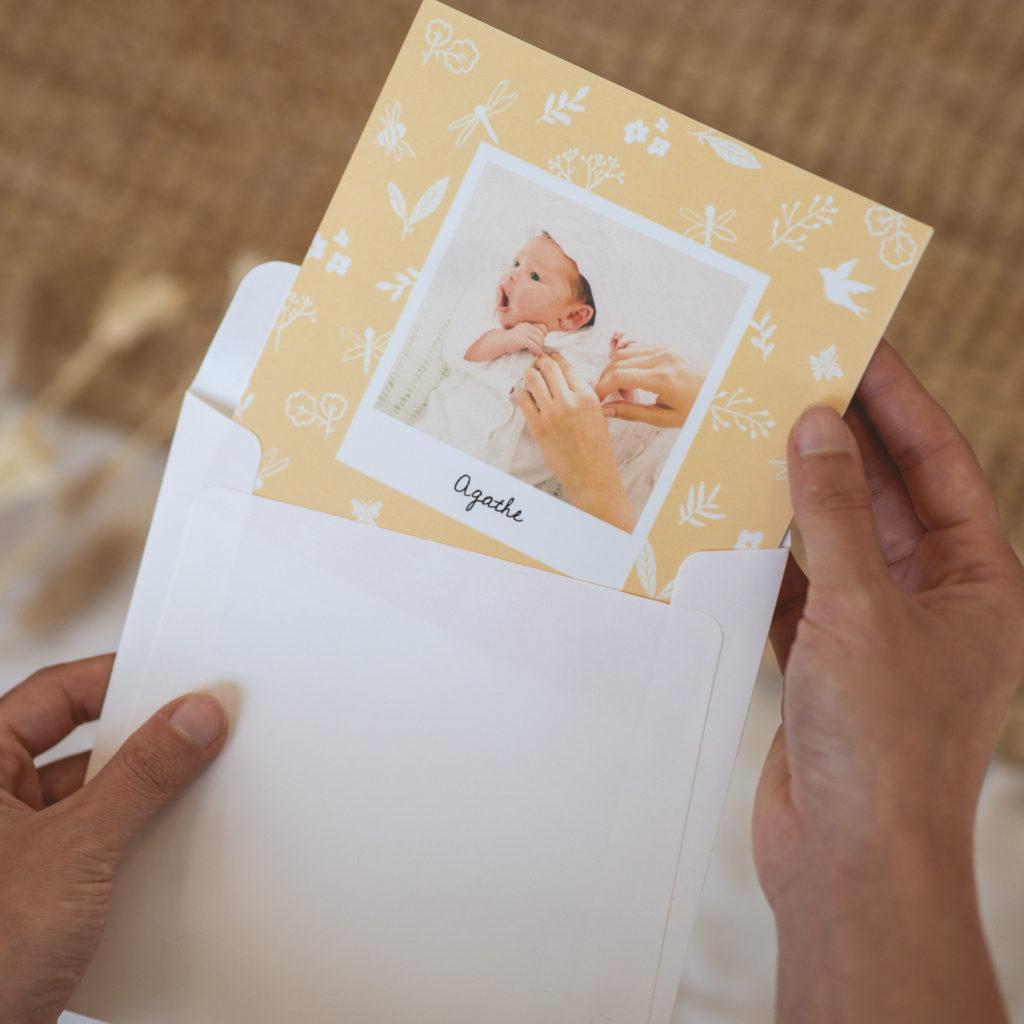 faire-part jaune fleuri avec enveloppe