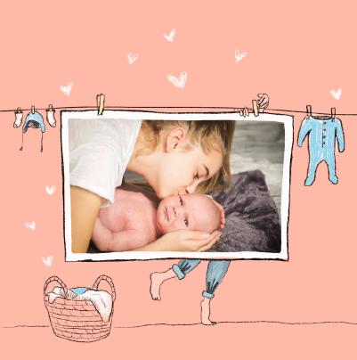 carte de naissance avec vetements de bebe etendus rose