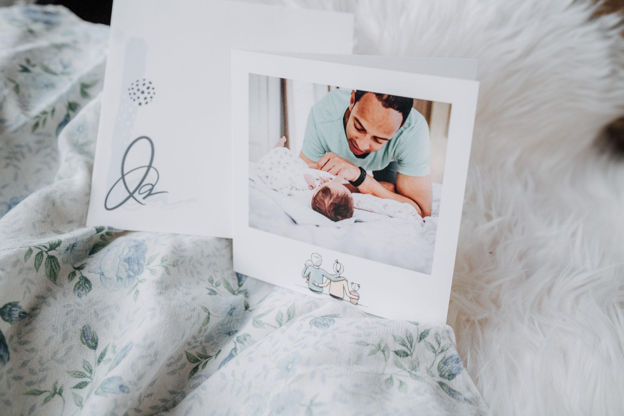 faire-part avec papa et bebe pose sur tissus