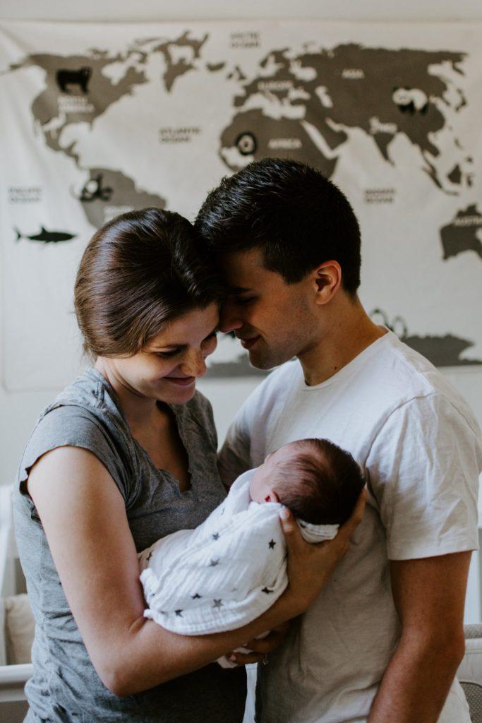couple heureux après naissance de leur enfant