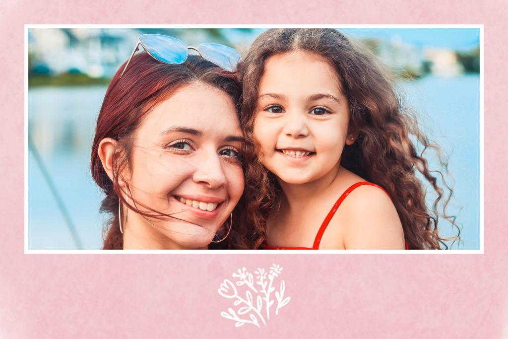 carte postale felicitations naissance rose avec fleurs blanches