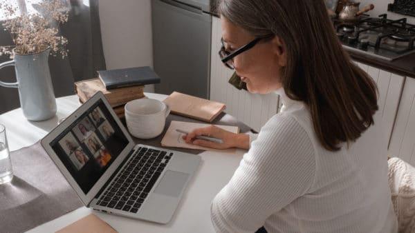femme en visioconference sur ordinateur portable