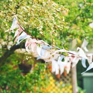 Guirlandes en tissu, décoration pour une garden party d'anniversaire