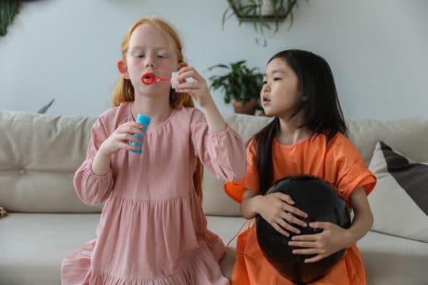 deux filles qui font des bulles