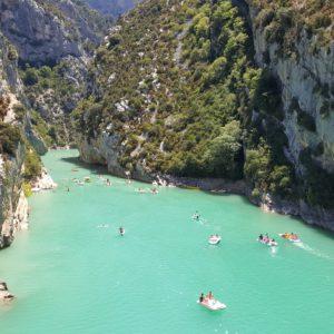 Gorges du Verdon et pedalo a l'entree du lac sainte-croix france