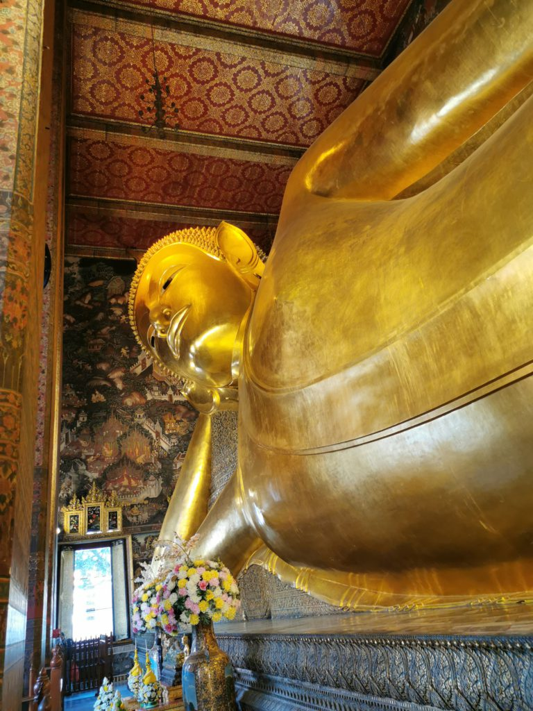 grand bouddha d'or en thaïlande