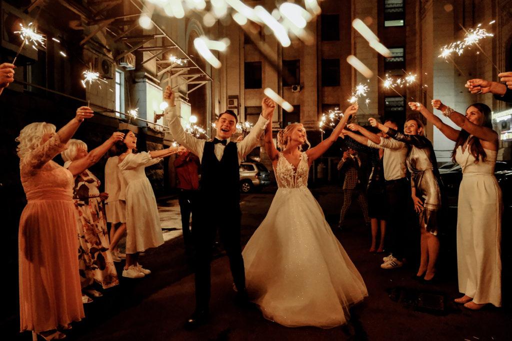 Haie d'honneur original pour surprise de mariage