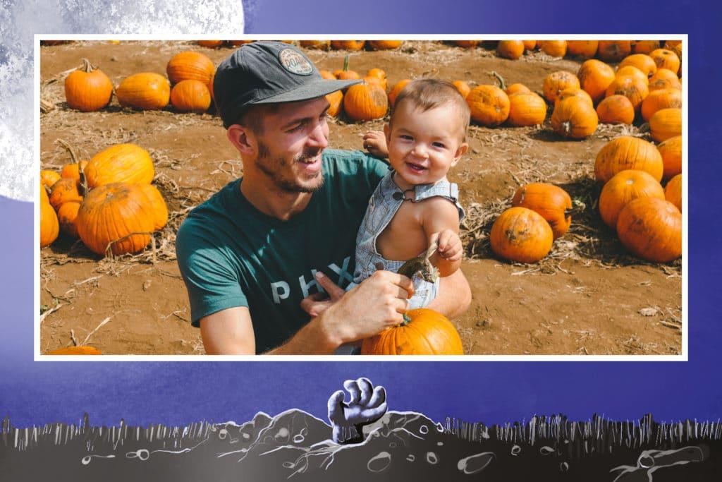 carte halloween main qui sort du sol