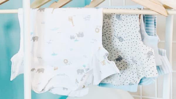 Chambre de bebe avec meubles et vetements