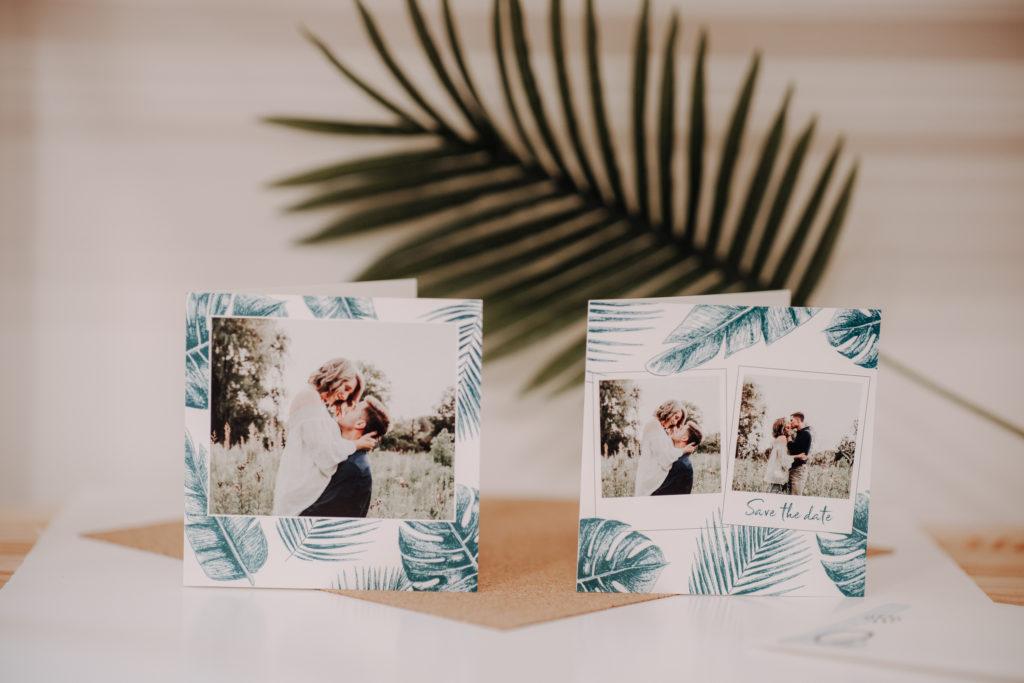 invitations mariage posees devant feuille de palmier