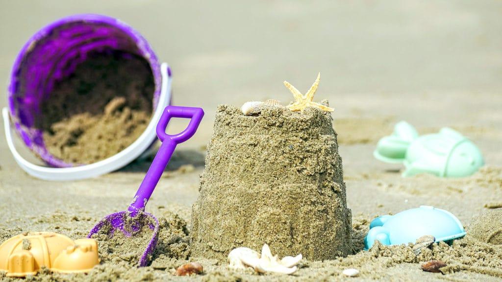 Pelle et seau pour occuper les enfants pendant vos vacances à la mer