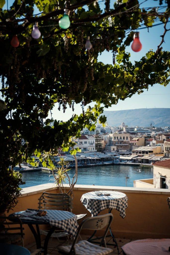 Table devant le port de La Canée en Crète