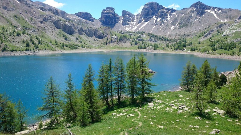 Vacances à la montagne au lac d'allos, alpes de haute provence, France