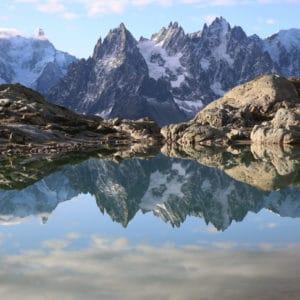 reflet des montagnes dans un lac