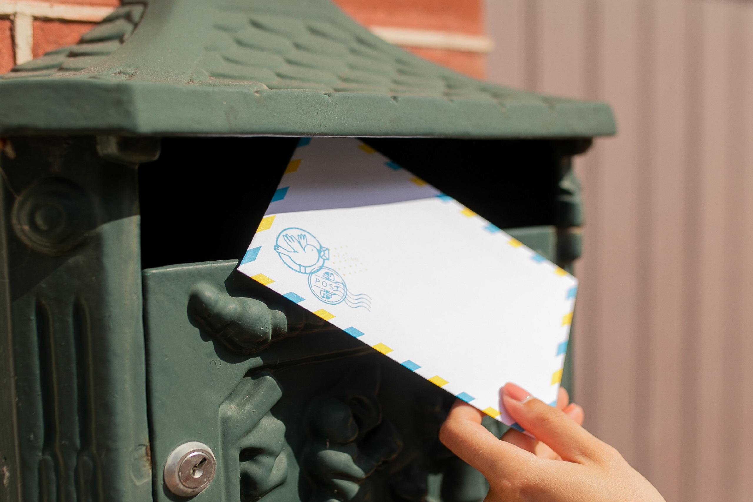 boite aux lettres avec main envoyant enveloppe