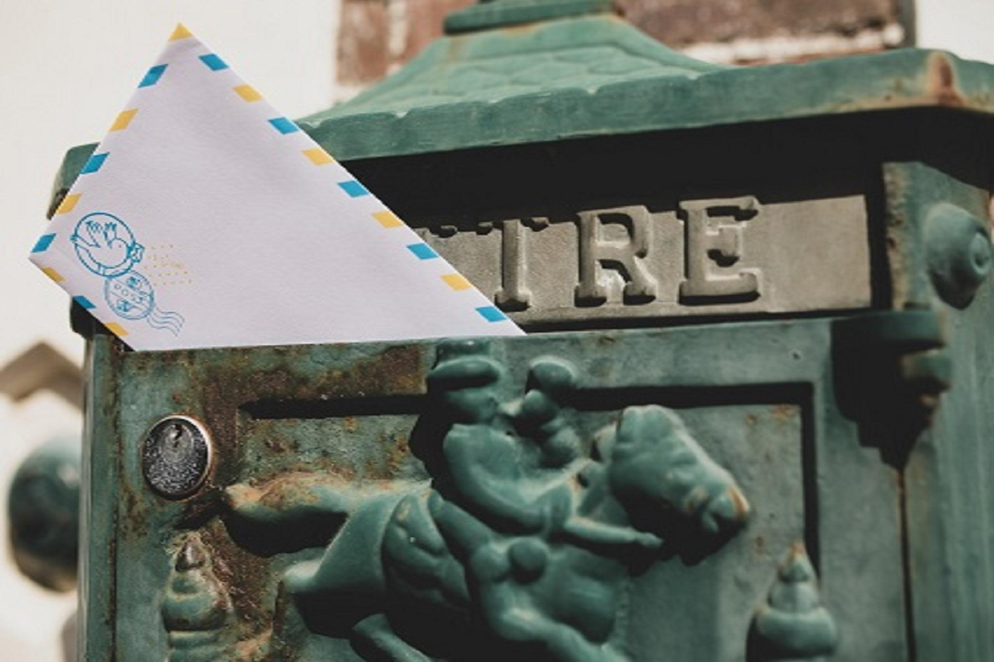boite aux lettres avec enveloppe