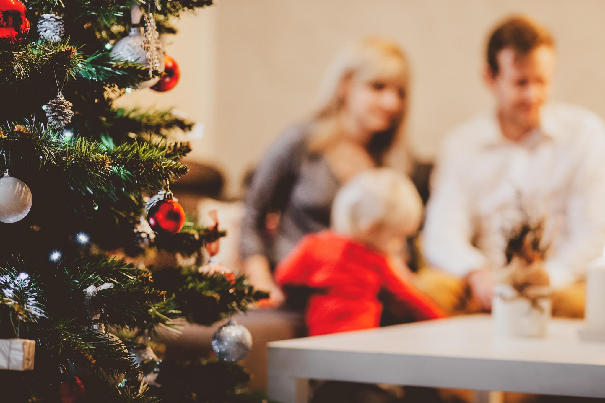 Famille qui écrit une lettre au Père-Noël