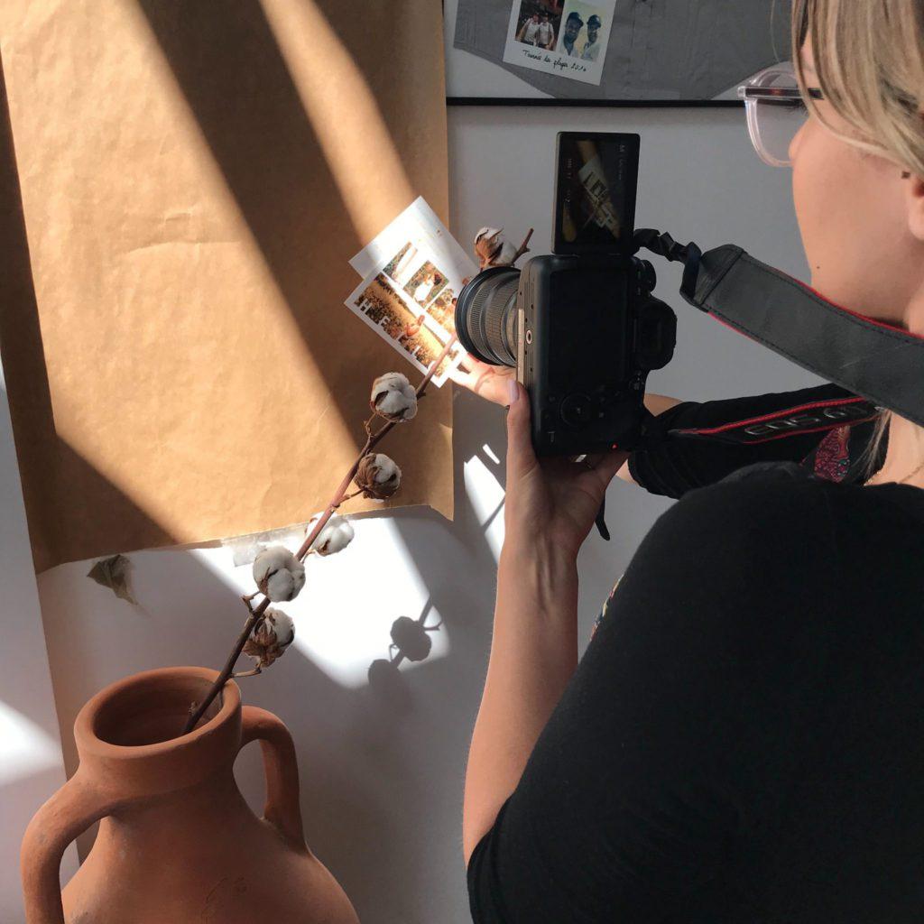 Magdalena prenant une carte postale en photo avec du coton