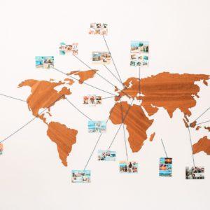 Carte du monde avec cartes postales de l'équipe Fizzer qui travaille en remote