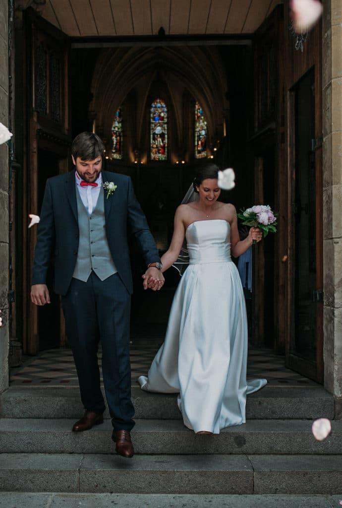 Sortie de l'église lors du mariage champêtre de Karline et Baptiste