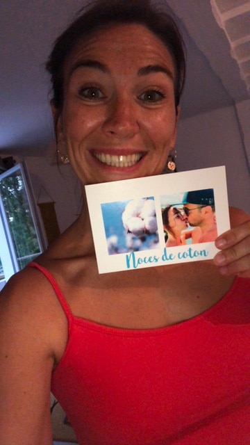 Marlène tenant une carte postale Fizzer à la main