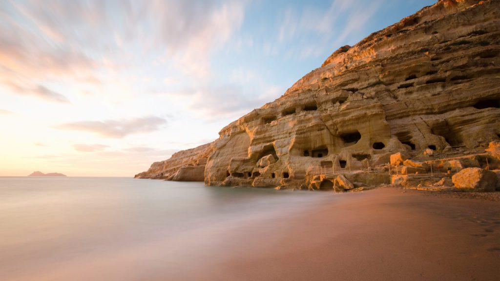 falaises sur la plage de Matala