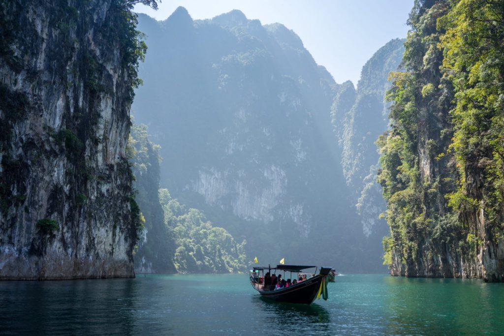montagnes et rivière en Thaïlande