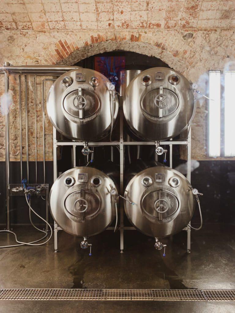 Cuves à bière de la Fabrica Moritz à Barcelone