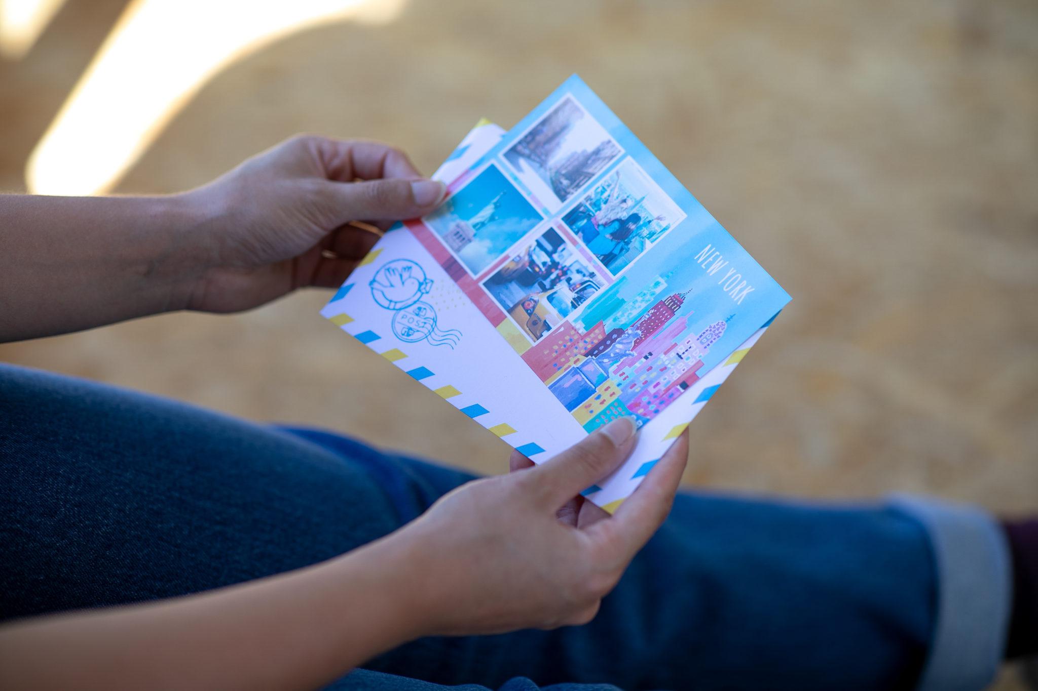personne ouvrant carte de new york avec enveloppe