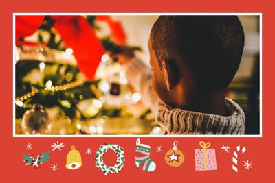 Illustration chaussettes, houx, cadeaux sur fond rouge