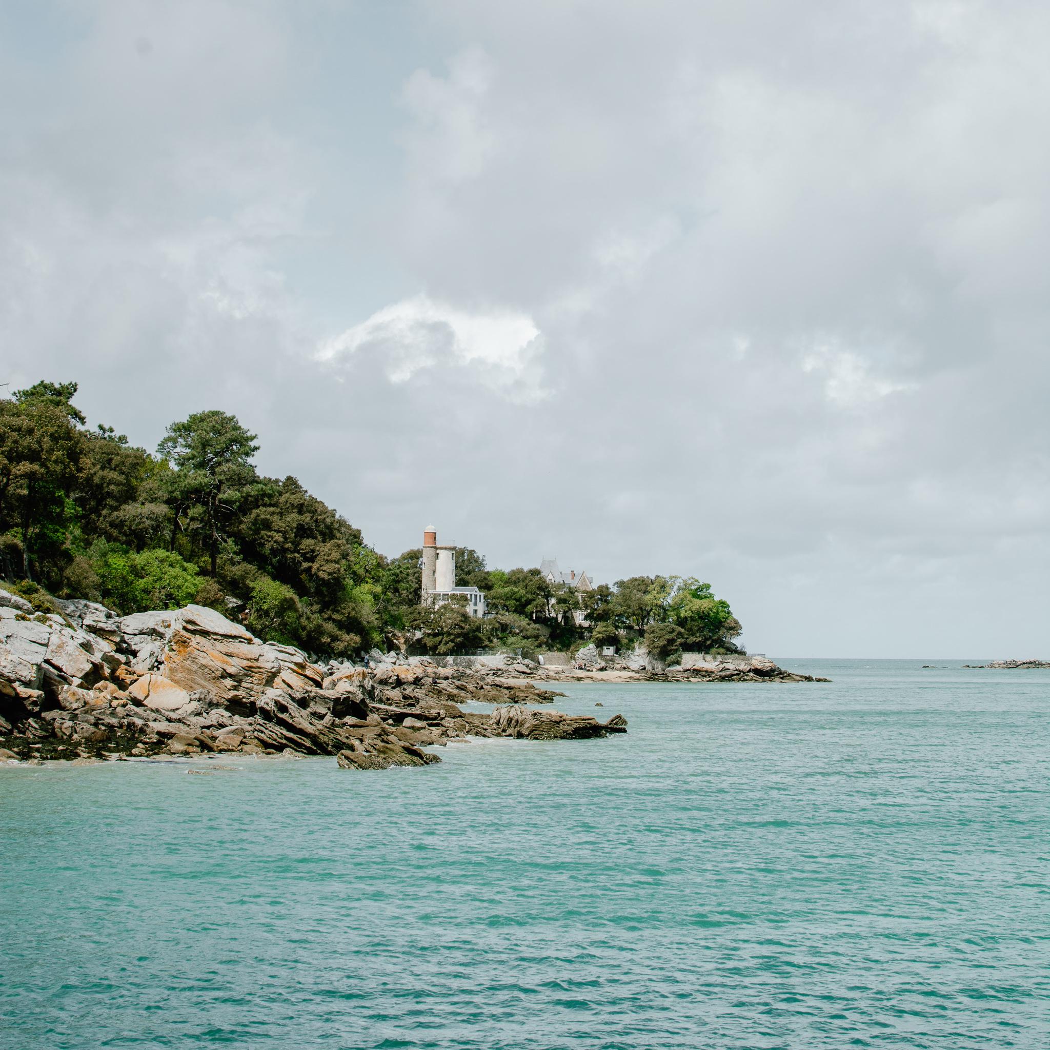 cote de noirmoutier avec mer rochers et arbres