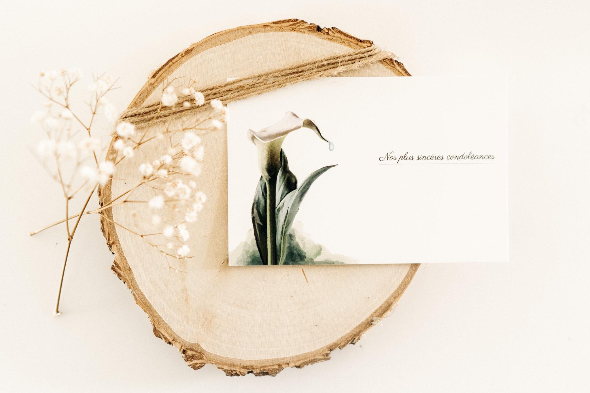 carte avec fleur blanche nos sinceres condoleances