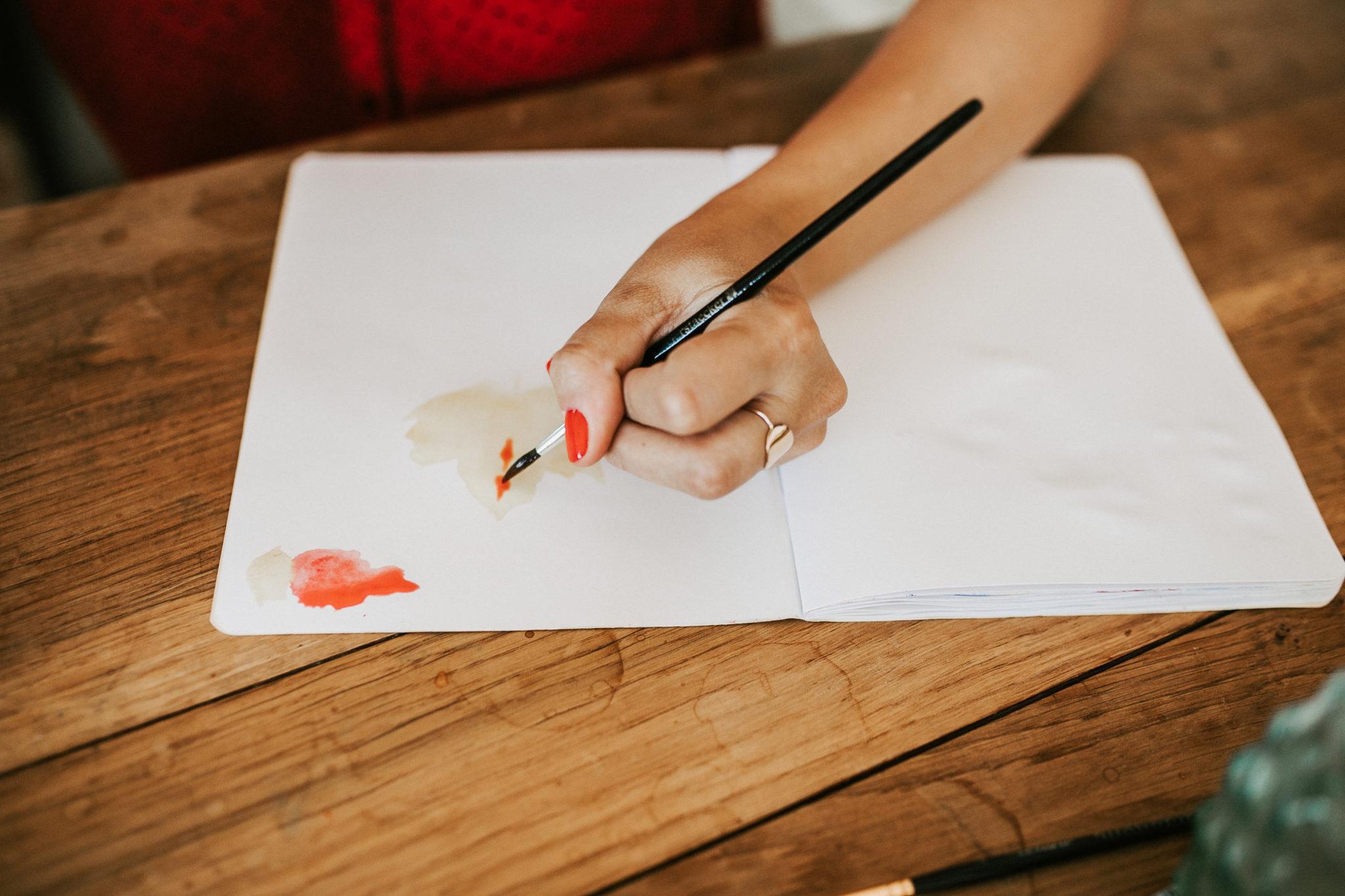 carnet de dessins a l'aquarelle avec main