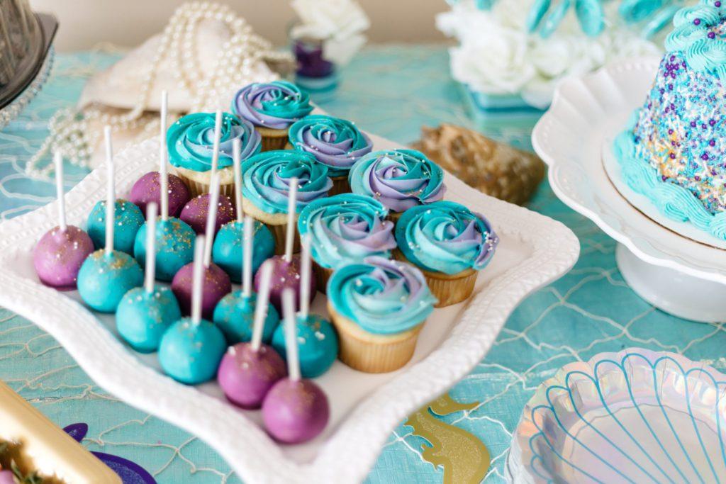 Nourriture à déguster pour une babyshower : cake pops et muffins colorés