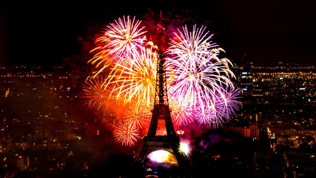 Tour Eiffel et feu d'artifice pour le nouvel an 2021