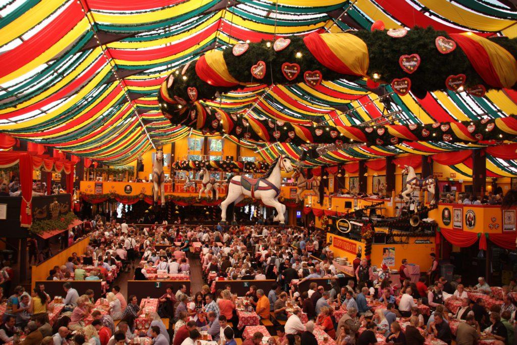 Vue des tables sous tentes à Oktoberfest