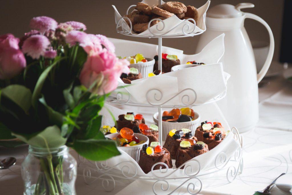 repas fleurs roses, cupcakes chocolat