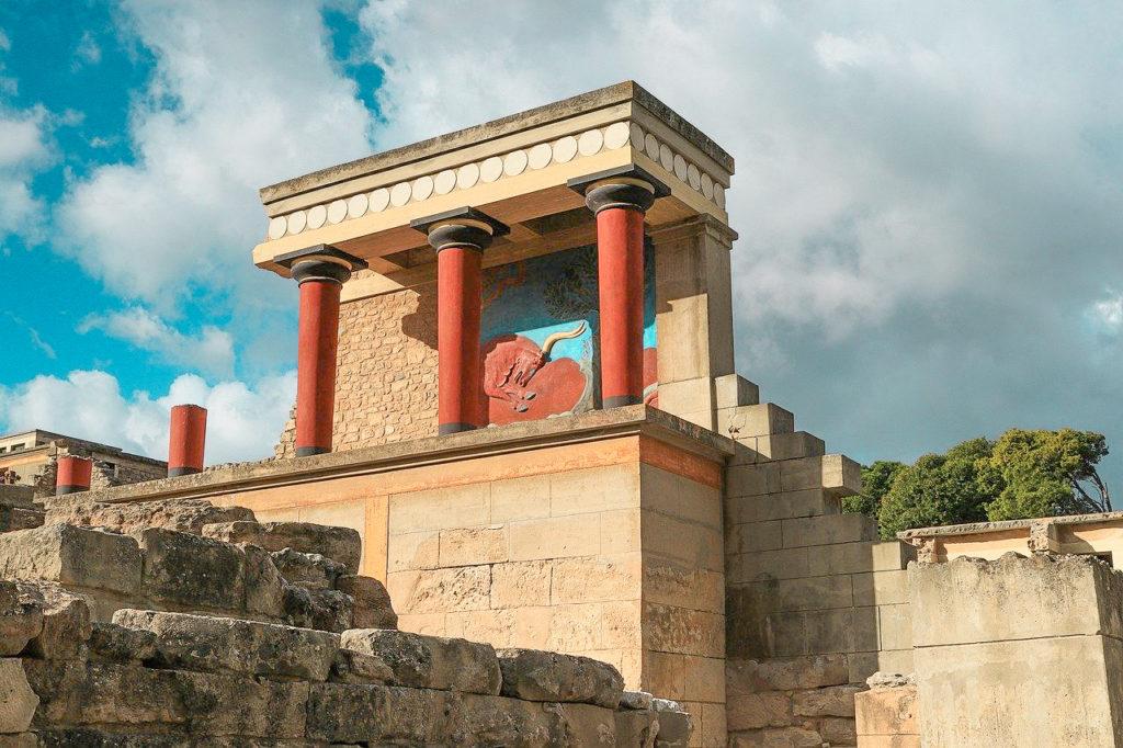 colonnes rouges du palais de knossos