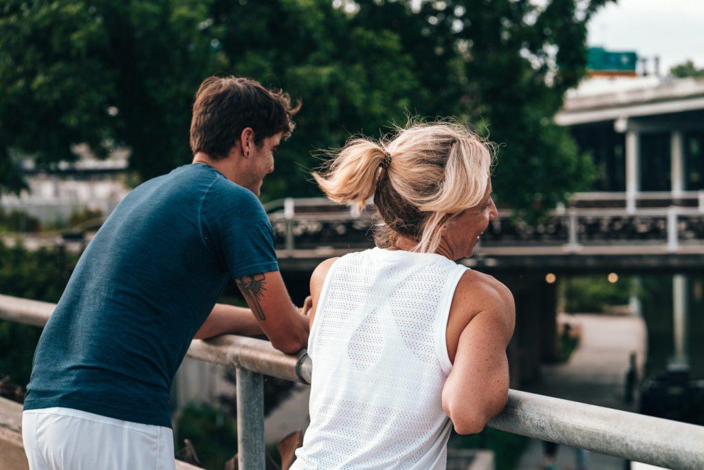 Deux personnes parlant à l'extérieur