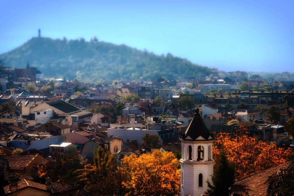 vue sur ville avec clocher en Bulgarie