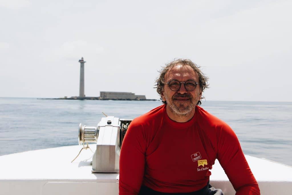 Portrait du père face à la mer à Marseille