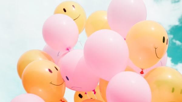 Sourires et ballons pour petits bonheurs de la vie